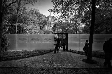 Eingang zur Gedenkstätte der verfolgten Sinti und Roma