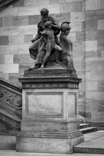 Skulptur am Treppenaufgang auf der Museumsinsel