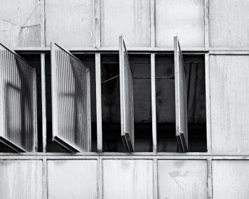 Fensterfront mit offenen Fenstern